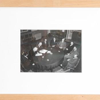 Foto voorstellende de ondertekening van het contract voor de restauratie van het Müllerorgel in de Grote of St-Bavokerk te Haarlem, stadhuis van Haarlem, 6 januari 1958