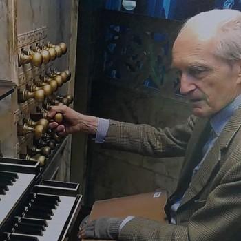 Foto voorstellende Gustav Leonhardt, titulair organist van de Waalse Kerk en de Nieuwe Kerk in Amsterdam