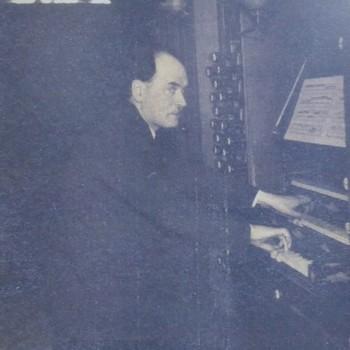 Foto voorstellende Cornelis de Wolf bespeelt het voormalig orgel van de Eusebiuskerk te Arnhem