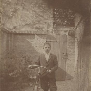 M.H. de Boer, oud 14 jaar met zijn eerste fiets poserend achter het huis aan de Chassestraat in Tiel. Hij is geslaagd in 1904 voor zijn gymnasium B diploma. Hij vertrekt in 1910 definitief naar Leiden waar hij zal afstuderen als jurist