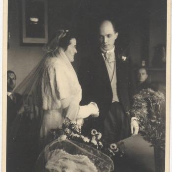 Huwelijk van Jhr. Steven Matthijs Snouck Hurgonge uit Tiel, geboren op 20 februari 1913 op Surabaja en Milena Korthals, geboren in Rheden. Op de foto het trouwen op 11 november 1943 in de NH-kerk in Drumpt
