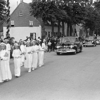 Inzegening nieuwe katholieke kerk: optocht met bruidsmeisjes