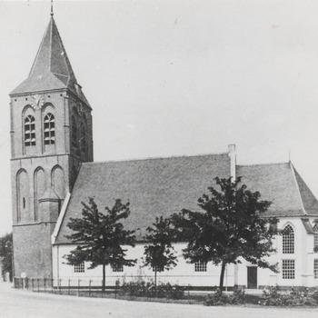 Repro van een ansichtkaart met de Ned. Herv. Kerk gezien vanaf de Zandweg