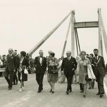 De Prins Willem-Alexanderbrug wordt officieel in gebruik genomen. Mr. W.J. Geertsema, Commissaris der Koningin in Gelderland, verricht de openstelling van de Prins Willem-Alexanderbrug