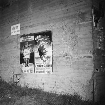 Affiche 'Dappere Hongaren op laffe wijze vermoord' en 'Communisten brachten over Hongarije terreur en slavernij', opgeplakt op onbekend bouwwerk in de Bommelerwaard