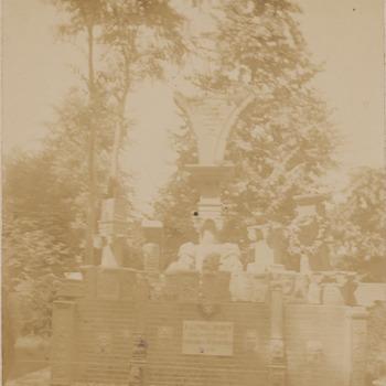 Een monument samengesteld met bouwelementen van het kasteel van Buren opgericht als herinnering aan de afbraak van het kasteel. Was geplaatst bij de ingang van het stadspark in Buren