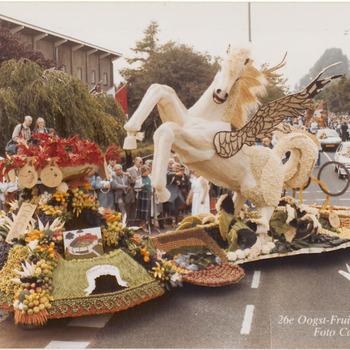 """De corsowagen van Ingen: """"Pegasus op weg naar Olympus"""". Ontwerp: Giel van Esterik jr. Deze corsowagen behaald de zevende plaats, 328 punten"""