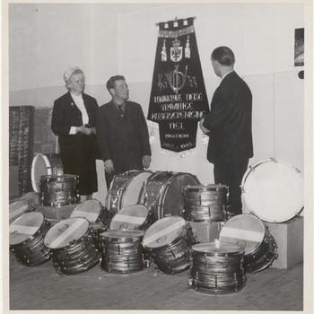 Aanbieden Trommels en Vaandel aan Koninklijke Tielse Vrijwillige Muziekvereniging. Op de foto v.l.n.r.: onbekend, eventueel dhr. Jan Boelhouwer, eventueel dhr. Gert Krouwel