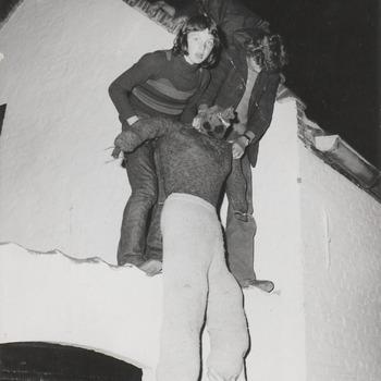 De jeugd bezig met het plaatsen van een pinksterpop op de Kornewal.