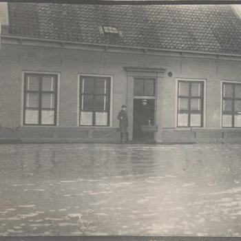Hoog water van de Lek. Veerhuis onder water.