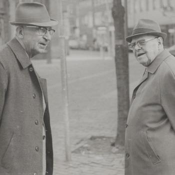 De heren W.J.Tolhuisen en Hak. Op de achtergrond de Groenmarkt met de pomp.