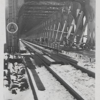 Spoorbrug tijdens de oorlog. Het rechter spoor was in gebruik als voetpad.