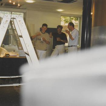Foto 11, Rabobank, de schilders komen even bij met een kopje koffie. De koffie is door ons niet aan te dragen. De thermoskan hebben ze de eerste week al kapot laten vallen, dus het werden potten koffie, die neergezet werden en binnen 3 minuten al weer leeg terug waren
