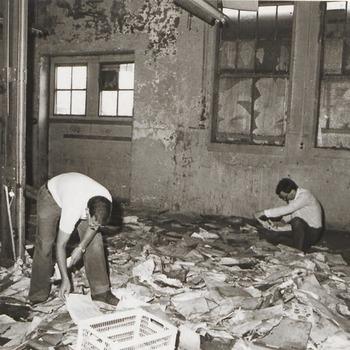 In de gesloopte tinfabriek Rio zijn de archivarissen Hein Merkelbach, links, en Ger Jan Hulsegge, rechts, bezig met het verzamelen van archiefstukken