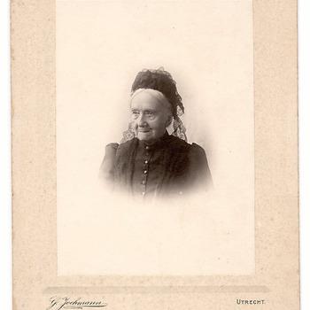 Portret van Wina Brouwers (1816-1914); zij was de vrouw van ds. J.L.J. Hallo (1815-1891). Wina Brouwers was een oudtante van de ongehuwde dames Brouwers, vermeld in het onderschrift.