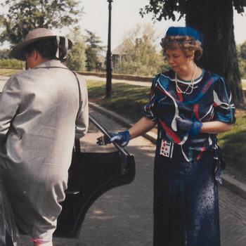 Opening stadhuis, mevr Hommes houd de deur van de auto open voor mevr. de Bruyne (vrouw van de com. v.d. kon. in de prov. Gelderland.)