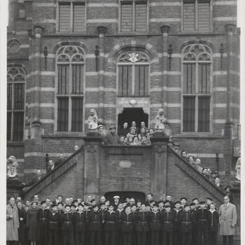 Stadhuis. Haags matrozenkoor bezoekt Culemborg. Leden zangkoor St. Cecilia