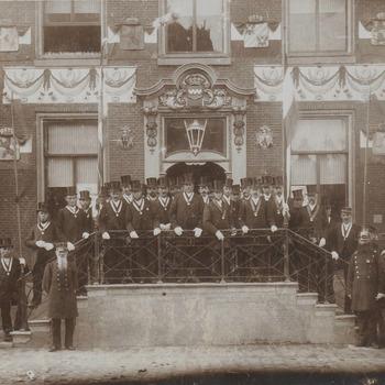 Kroningsfeest 1898, notabelen op het bordes van het stadhuis.