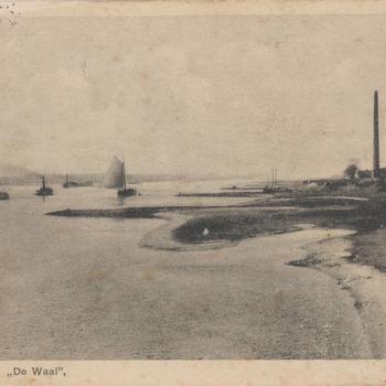 Zeilschepen op de rivier de Waal omstreeks 1920. Rechts steenfabriek De Waalwaard. Er liggen schepen bij de steenfabriek om geladen te worden