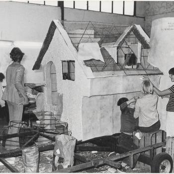 Op de foto  het opbouwen van de jeugdwagen voor jet fruitcorso. Voorstelling is een woning.