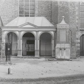 Pomp en Julianaboom voor de kerk in Buren