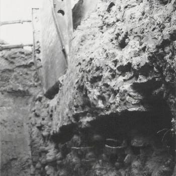 Stempel bij uitgraven sleuf door bastion in het plantsoen.