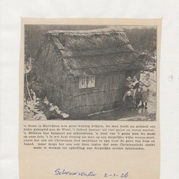 Woningnood Herwijnen. Een gezin te Herwijnen kan geen woning krijgen. De man heeft een hutje gebouwd aan de Waal dat bestaat uit vier palen en rieten matten. De blikken bus op het dak fungeert als schoorsteen