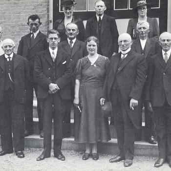 Een aantal personen bij het afscheid van meester de Rooij. Achterste rij vlnr: 1. A. v.d. Schans (v.d. Graft), 2. M. Groeneveld, 3. M. Prins (Landweer). Tweede rij vlnr: 1. A.A. J. van Erp, 2. P. Groeneveld LFz., 3. Hn. van Duijnen, 4. A. Groeneveld LFz., 5. G.E. Landweer. Voorste rij vlnr: 1. N. Vroegindewei, 2. J.E. de Koning Az., 3. M. de Rooij, 4. C. de Groot (de Rooij), A. v.d. Graft, Hn. Vos Brz.
