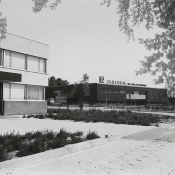 De nieuwe vestiging van de fa. Zijlstra, gelegen aan de Edisonstraat. De fa. Zijlstra is handelaar in luxe hout- en metaalwaren, van Tielse topproducenten