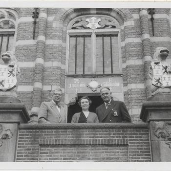 Zuid Afrika. Stadhuispui. Ontv. oud Burg. Van Kaapstad F. Sonneberg door Burg. V. Koningsbruggen