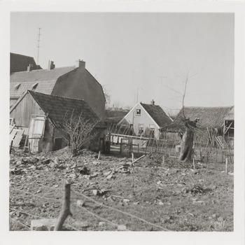 Woningen achter het voormalige veerhuis aan de Echteldsedijk, tegenover de Slaperdijk, die moesten wijken voor de dijkverzwaring, april 1963