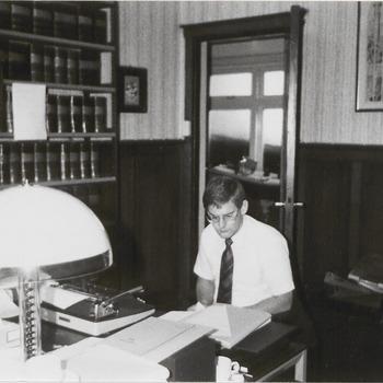 Archivaris van de Gemeente Buren dhr. Merkelbach in het streekarchivariaat aan de Burgemeester Meslaan