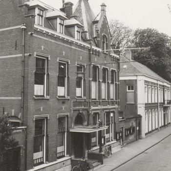 Een foto van het gemeentehuis aan de Ambtmanstraat. Op 23 juli 1937 opende de commissaris van de koningin, baron Van Heemstra, het nieuwe gemeentehuis aan de Ambtmanstraat.  Na haar vertrek van Tiel naar Utrecht, had de NV. Nederlandsche Brandverzekersmaatschappij Tiel-Utrecht, haar kantoor (1903) aan de gemeente Tiel geschonken