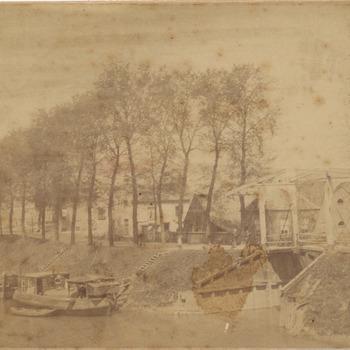 Links een gedeelte van de Oude Haven. Onder het midden de Havendijk met het bruggetje over de vaart die de Oude Haven met de Nieuwe Haven verbind