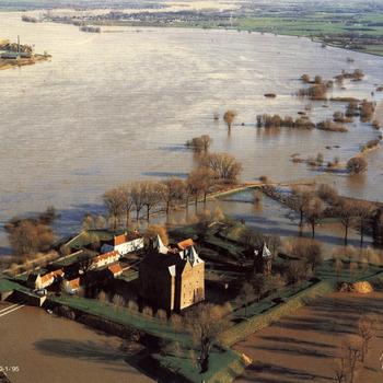 Luchtfoto van slot Loevestein tijdens het hoogwater