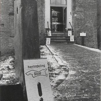 Locatie hoorzitting gemeentelijke herindeling Lienden-Maurik, vooringang kasteel 'De Wijenburg' in Echteld met affiche tegen herindeling op voorgrond