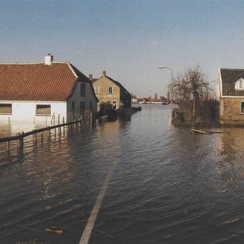 Hoog water periode febr. 1995 Veerweg te Beusichem.