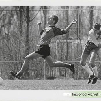 Spel moment uit voetbalwedstrijd, links Jan van Arkel.