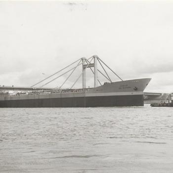 De 23.000 tonner lbn Albanna is te hoog om onder de Prins Willem Alexanderbrug door te kunnen varen. Het schip is afkomstig van de scheepswerf de Hoop, gelegen in Lobith en is pas gebouwd. De bestemming van het schip is Rotterdam en daar afgeleverd zal het naar Arabie vertrekken. Met pompen waarover het schip zelf beschikt, laat men het schip een eindje zakken, juist genoeg om onder de tolbrug door te komen. Op de foto vaart de 172 meter lange tanker onder de Prins Willem Alexanderbrug door
