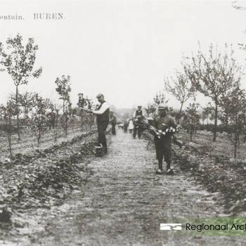De Proeftuin langs de Erichemsekade van tuinman G.Kleuver l. en r. zijn zoon.