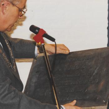 Burgem Hommes met de plaquette, bij de opening van het stadhuis.