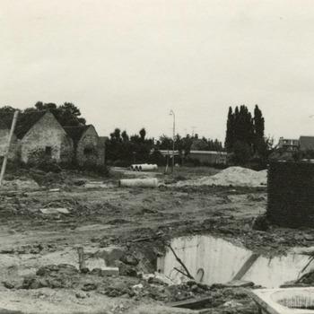 Het terrein tussen de Adamsweg (links) en de Brugstraat (rechts) na de ontginning. Geheel links de achterkant van de huizen aan de Adamsweg. Geheel achteraan de Nieuwe Tielseweg
