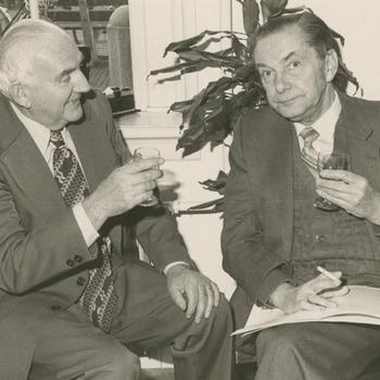 N.M.F. Lathouwers (links) en J.D. Blom (rechts) heffen het glas ter gelegenheid van de opening van de expositie '12 jaar tram' in het Streekmuseum de Grote Sociëteit op 7 november 1981. De expositie was gewijd aan de N.V. Stoomtram Tiel-Buren-Culemborg, die van 1906 tot 1918 heeft bestaan