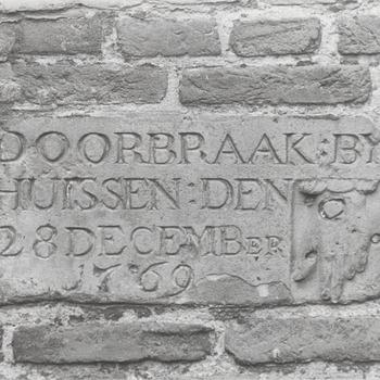 Gedenkstenen voor waterhoogten bij diverse dijkdoorbraken en overstromingen.