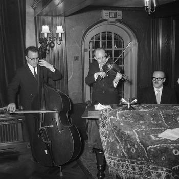 Opening van het kantoor van de N.V. Uitgeversmaatschappij Triomfreeks van Van Tuyl met diner
