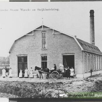 Burense stoom-, was- en strijkinrichting ge- bouwd in 1911. Op de kar Willem van Haarlem.