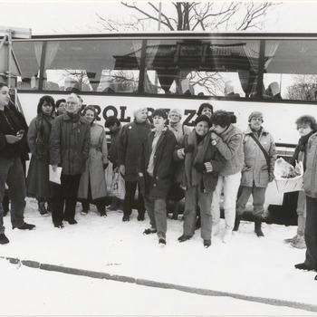 Twee vredesactivisten uit Tiel moeten voor de rechtbank in Arnhem terechtstaan wegens het in werking zetten van het alarm van de BB in Tiel op 1 november 1985, de dag dat de regering besloot 48 kruisraketten te plaatsen. De overige activisten, 30 Tielenaren, gaan met een gehuurde bus naar de rechtbank in Arnhem, om de rechtszitting bij te wonen. Op de foto de vredesactivisten voor de bus waarmee zij naar de rechtbank in Arnhem gaan. Op de rechtszitting in Arnhem legde de rechter de twee Tielenaren een boete op van 100 gulden