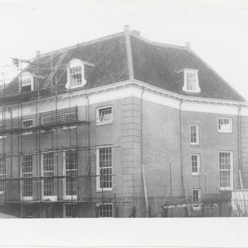 """Restauratie Streekmuseum """"De Groote Societeit"""". Links de achterkant van """"de Groote Societeit"""""""