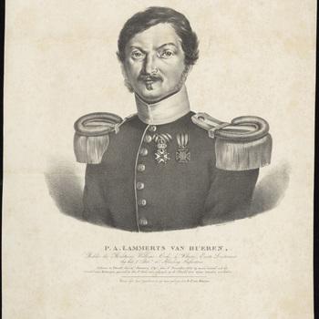 Portret P.A. Lammerts van Bueren. Borststuk naar links. In uniform met onderscheidingen. Blootshoofds. Daaronder de titel en toelichting.