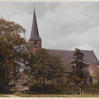 N.H.-kerk met links daarnaast de oude Lagere School, gefotografeerd vanuit het zuiden